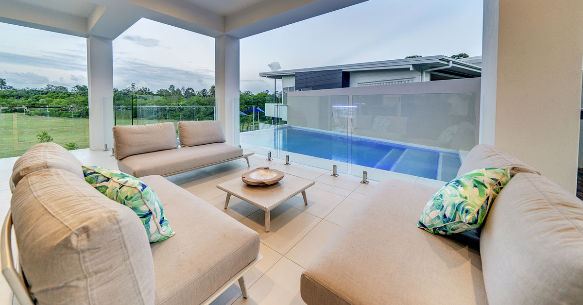 outdoor-living-area environ pools